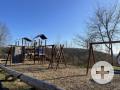 Spielplatz mit Klettergerüst, Rutsche, Nestschaukel und Kletterwand
