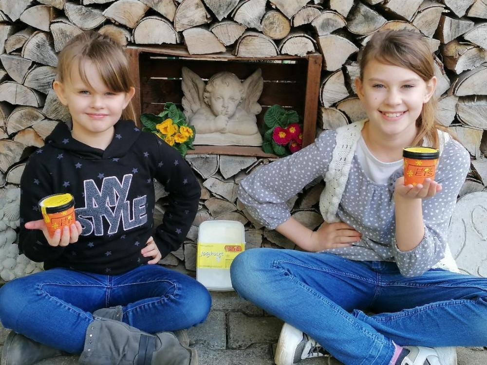 Hofeis und SB-Automat in Hundersingen, Zwei Mädchen zeigen strahlend ihr Eis