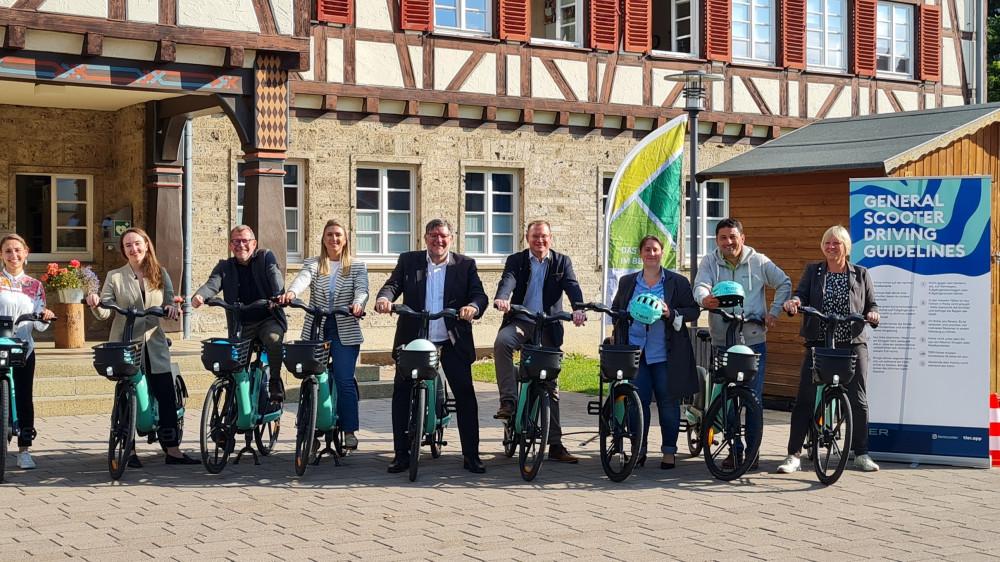 Die Projektbeteiligten auf den neuen E-Bikes vor dem Münsinger Rathaus